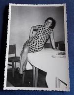 Altes PIN-UP Photo > Hübsche Frau Posiert Sexy Auf Dem Tisch > Nice Woman / Jolie Femme (ph57) - Pin-Ups