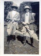 Photo De Deux Homme élégant En Tenue De Cavalier Et Leurs Casque Colonial - Personnes Anonymes