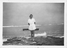 PIN UP WOMEN FEMMES - Lady S Nude In Shorts By The Sea Vtg. Photo Snapshot 8x6 1940' - Pin-Ups