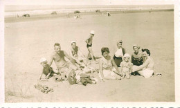 PIN UP WOMEN FEMMES - Man Filles Boy Family S Nude In Swimsuit Sat Together By Beach Photo Snapshot 11x6 1940' - Pin-Ups