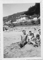 PIN UP WOMEN FEMMES - Man Family S Nude In Swimsuit Sat Together By Beach Photo Snapshot 8x6 1940' - Pin-Ups