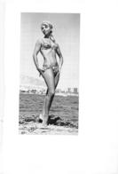 PHOTO  FEMME MAILLOT DE BAIN  BORD DE MER PHOTO GABIT FORMAT 23 X 15.50 CM - Pin-Up