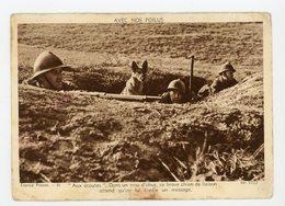 CPA: - AVEC NOS POILUS - AUX ÉCOUTES DANS UN TROU D'OBUS, CE BRAVE CHIEN DE LIAISON ATTEND QU'ON LUI CONFIE UN MESSAGE - Weltkrieg 1914-18