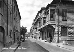 """M08057 """"ALTARE(SAVONA)-VIA ROMA""""ANIMATA-VESPA E ALTRA MOTO,CAMION-INSEGNA TABACCHI-CARTOLINA POST. ORIG. SPED. 1962 - Autres Villes"""