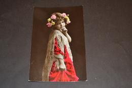 Carte Postale 1910 Portrait Fillette Colorisée Robe Rouge Couronne De Fleurs - Portraits