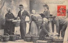 29-PLOUGASTEL- LES MARCHANS DE FRAISES ASSAILLIS PAR LES MARCHANDES DE FRUITS A L'ARRIVEE DES PANIERS - Plougastel-Daoulas