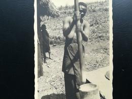 CONGO BELGE ÉTHNIQUE PILLAGE DU MANIOC VILLAGE GROTTE DE KILUBI COLONIE BELGIQUE LOT 2 CARTE - PHOTOS + 5 PHOTOS - Congo Belge - Autres