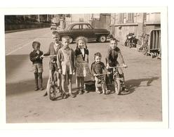 Snapshot - Velo - Groupe D'enfants - Trotinette - Vintage - Vieille Voiture - Personnes Anonymes