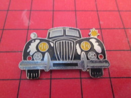 713c Pins Pin's  / Rare & Belle Qualité / THEME AUTOMOBILE : Grand Pin's GROSSE VOITURE NOIRE CLIGNOTANT ALLUME - Pin's