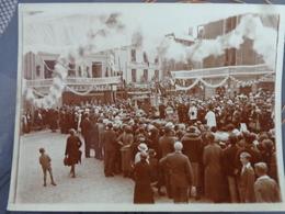 02 LAON PLACE DU MARCHE PHOTO DEFILE CEREMONIE RELIGIEUSE MAGASIN LE FAMILISTERE VERS 1910 9 X 12 CM - Lieux