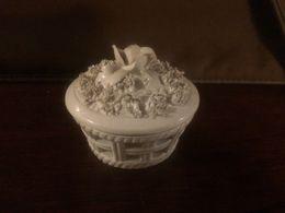 Piccolo Antico Portagioie In Ceramica Bianca Nove (?) Veneto Traforato Fiori Scolpiti Antico 800 - Céramiques