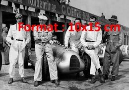 Reproduction D'une Photographie Du Pilote De Course De Tazio Nuvolari Avec Sa Auto Union Et Son équipe En 1938 - Repro's