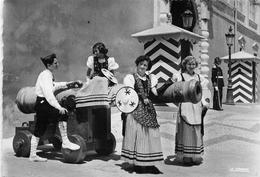 MONACO - Costumes Monégasques Devant Les Vieux Canons Du Palais Princier - Palacio Del Príncipe