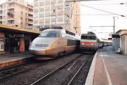 MONACO - Le TGV N'4511 Croise En Gare La Locomotive BB 22330, 25 Novembre 1999 - Monaco