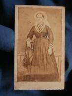 Photo CDV Dos Neutre - Second Empire, Jeune Femme Avec Coiffe Régionale, Folklore, Circa 1865 L422 (1) - Antiche (ante 1900)