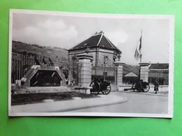 EVREUX Eure, Caserne L' Entrée Du Quartier Du 7 E Chasseurs Et Monument Aux Morts,  Juin 1945, TB - Casernes