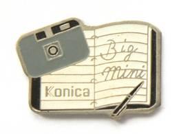 Pin's KONICA BIG MINI - Appareil Photo Compact Vintage Et Carnet  - I246 - Fotografie