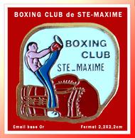 SUPER PIN'S BOXE : BOXING CLUB De SAINTE-MAXIME Dans Le VAR (83) Provence, Alpes Côte D'Azur, émail Base Or, 2,2X2,2cm - Boxe
