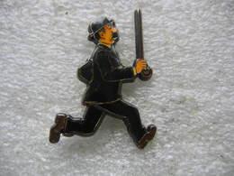 Pin's Numéroté 93, Dupont La Canne En L'air Dans Les Aventures De Tintin Et Milou - Comics