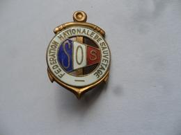 """(Association, Sauvetage En Mer...) - Insigne (type Broche)  """" S O S """"  Fédération Nationale De Sauvetage....voir Scans - Organisaties"""