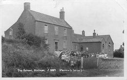 BINHAM, THE SCHOOL (FARROW'S SERIES) - POSTED 1930 ~ REAL PHOTO POSTCARD #89010 - Angleterre