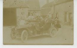 AUTOMOBILES - Belle Carte Photo Hommes Et Femmes Posant Avec Automobile Dans Cour De Ferme Début XXème Siècle - Voitures De Tourisme