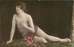 ARTISTE FEMME EN PETITE TENUE - Entertainers