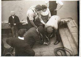 Marine : Aide Au Déshabillage D'une Scaphandrière Après Une Plongée - Métiers