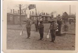 Foto Deutsche Soldaten Bei Parade - RAD - Spaten - 2. WK - 9*6cm (40988) - Krieg, Militär