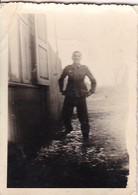 Foto Deutscher Soldat Im Morast Vor Einem Holzhaus - 2. WK - 7,5*5cm (41004) - Krieg, Militär
