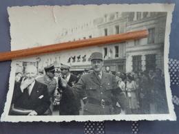 PHOTO GENERAL DE GAULLE EN VISITE JUSTE APRES LA GUERRE LIEU A IDENTIFIER 10 X 7 CM - Célébrités
