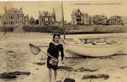 Arromanches La Petite Pêcheuse De Crevettes (bord Droit Légèrement Grignoté) - Arromanches