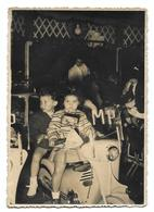 Enfant Sur Un Carrousel Manège Moto Photo Vintage Amateur Photo Carte - Anonymous Persons
