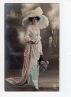131 - MODE  -  Jeune Femme élégante  - Chapeau Excentrique - Mode