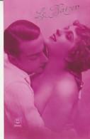 Couple : LE BAISER : Homme Embrassant Dans Le Cou Une Femme Aux épaules Nues - Couples