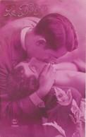 Couple : LE BAISER : Homme Embrassant Sur La Bouche Une Femme Aux épaules Nues - Couples