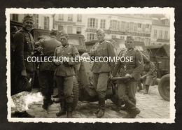 INEDIT LAON - SOLDATS ALLEMANDS PLACE DE L' HOTEL DE VILLE MAIRIE - FACE AUX VETEMENTS HENRI CARTERET RUE DU BOURG 1940 - Laon
