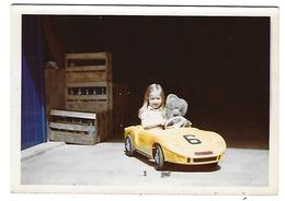 Photo Datée Du 15-08-1971 - Fillette Et Son Nounours Dans Une FERRARI à Pédales - Automobiles