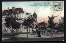 CPA ALSACE-LORRAINE OCCUPÉE- DIEDENHOFEN- LA PROMENADE DE LA MOSELLE- ANIMATION- FONTAINE- 2 SCANS+ INFO - Storia Postale