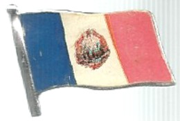 Bandiera Blu Bianca E Rossa Con Immagine Centrale, Made In Hong Kong, Mistura, Cm. 2 X 1,7. - Pin's