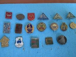BOSNIA AND HERZEGOVINA, 18 OLD BADGES - Badges