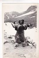 FUNNY SCENE MONTAINS DISGUISE BEAR & WOMAN SKY VINTAGE PHOTO CIRCA 1960s Cm.18x12 - BLEUP - Personas Anónimos