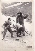 FUNNY SCENE MONTAINS DISGUISE BEAR FIGHTING SKY VINTAGE PHOTO CIRCA 1960s Cm.18x12 - BLEUP - Personas Anónimos