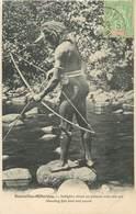 """CPA NOUVELLES HEBRIDES / VANUATU """"Indigène Tirant Un Poisson Avec Son Arc"""" - Vanuatu"""