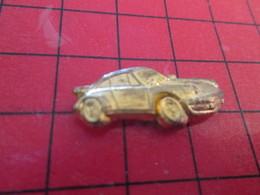 816c Pin's Pins / Rare Et De Belle Qualité / THEME AUTOMOBILE : PORSCHE 911 METAL JAUNE - Porsche