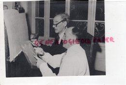 CELEBRITES- 75- PARIS- MAURICE UTRILLO ET JOSEPH FORET -RARE PHOTO 1955- PEINTRE MONTMARTRE -SUZANNE VALADON - Célébrités