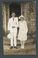 Photo Ancienne Un Couple Entièrement Vêtu De Blanc Monsieur En Uniforme Colonial Madame Avec Une Robe Cravate En Soie - Personnes Anonymes