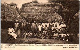 AFRIQUE -- SEIRRA LEONE --  Catéchisme En Image Dans Un Village - Sierra Leone