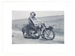 Photo Femme Sur Moto à Identifier , Terrot ? - Cars