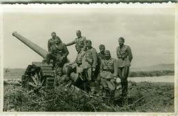 ALBANIA -  OCCUPAZIONE FASCISTA - CAMPO MILITARE ITALIANO - UFFICIALI VICINO AD UN CANNONE - RPPC POSTCARD 1941 (BG3317) - Albanië